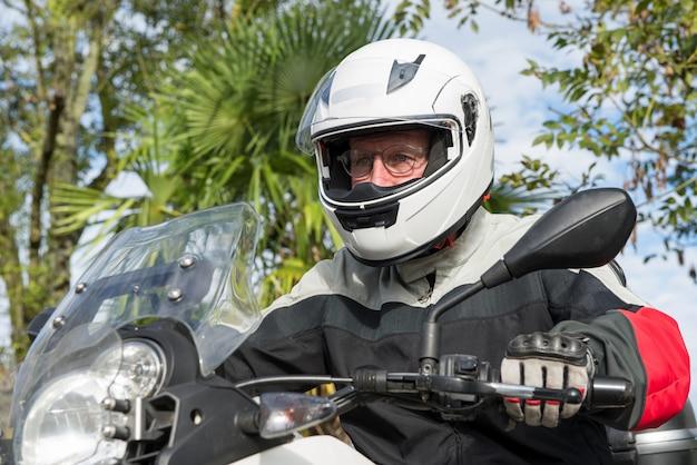 彼のバイクに上級バイカーの肖像画 Premium写真