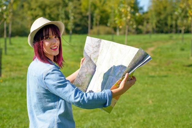 田舎の地図と美しい若い女性 Premium写真