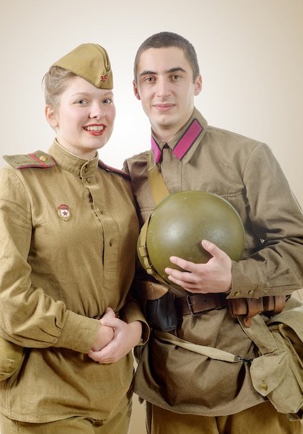 ロシアの軍服の肖像画のカップル Premium写真