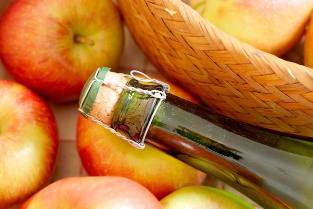 新鮮なリンゴとサイダーのボトル Premium写真