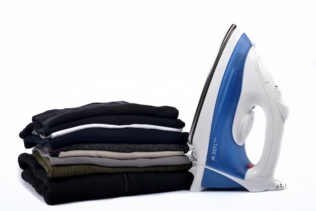 アイロンで洗濯物の山 Premium写真
