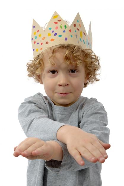 白の彼の頭の上の王冠と金髪の少年 Premium写真
