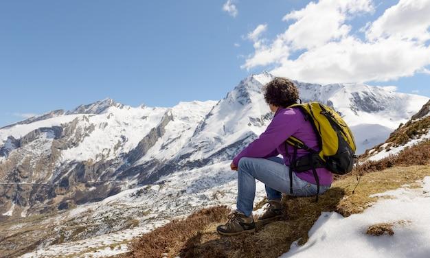Турист в пиренейских горах весной со снегом Premium Фотографии