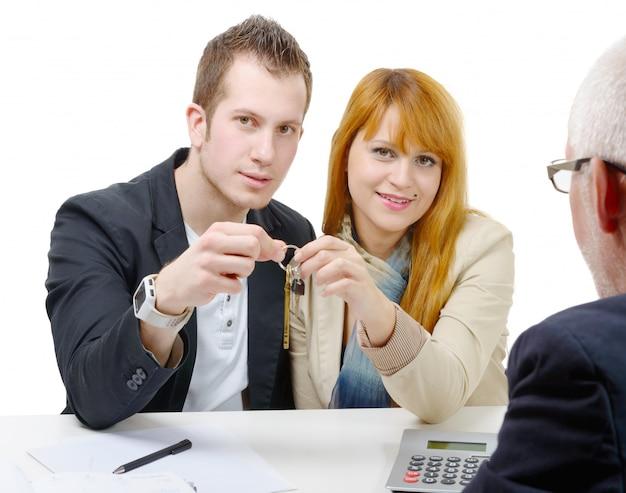 Молодая пара покупает дом Premium Фотографии