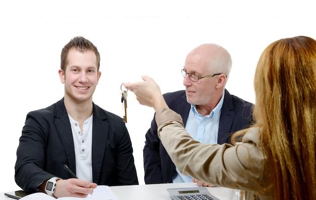 Отец покупает квартиру для своего сына Premium Фотографии