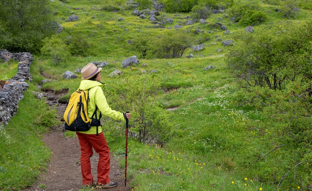 Турист женщина с видом на долину тена в пиренеях, формигаль, уэска, испания Premium Фотографии