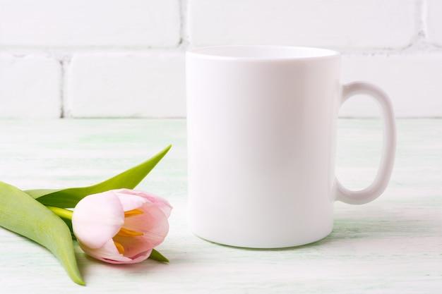 ピンクのチューリップとホワイトコーヒーマグモックアップ Premium写真