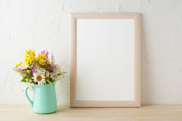 ミントグリーンの花瓶の花のフレームモックアップ Premium写真