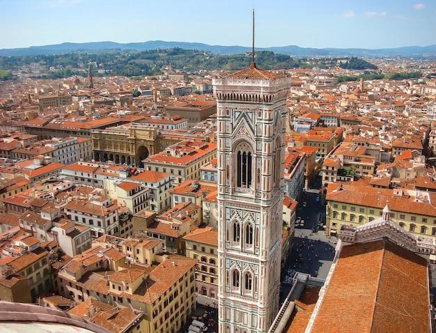 フィレンツェの歴史的中心部のドゥオーモの眺め Premium写真