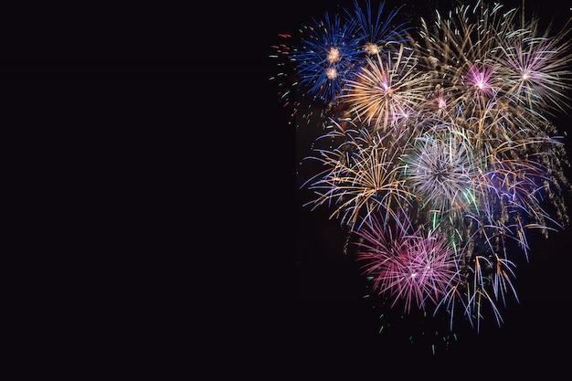 Красивый праздник сиреневый, фиолетовый и золотой фейерверк Premium Фотографии