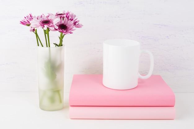 ライラックデイジーとコーヒーマグのモックアップ Premium写真