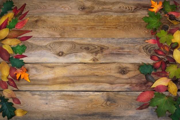 День благодарения с листьями на старый деревянный стол Premium Фотографии