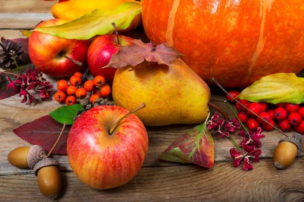 リンゴ、梨、紅葉、ドングリと感謝祭の背景。 Premium写真