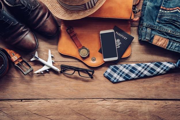 旅行アクセサリーの衣装。パスポート、荷物、旅行のために準備された旅行マップの費用 Premium写真