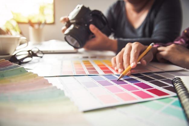 Дизайнер графического креатива, креативная женщина дизайн расцветка цвет идеи стиль Premium Фотографии