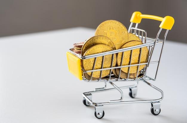 ミニショッピングカートのビットコインからオンラインショッピングへ Premium写真