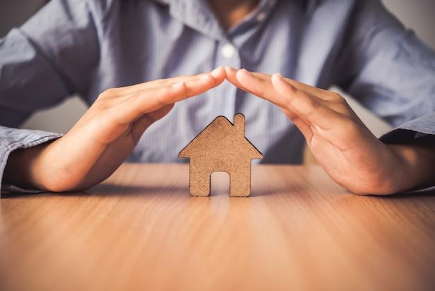 アイコンの家を保護する手-保険の。 Premium写真