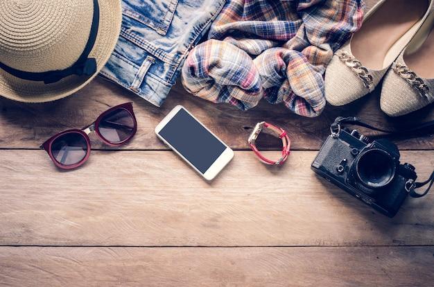 旅行旅行のための女性と一緒に服アクセサリーアパレル Premium写真