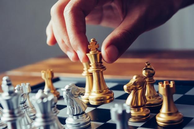 ビジネスマンはチェスのアイデア - 事業計画のアイデアを使用しています Premium写真