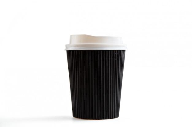 Картонные биоразлагаемые экологически чистые чашки на белом изолированные Premium Фотографии
