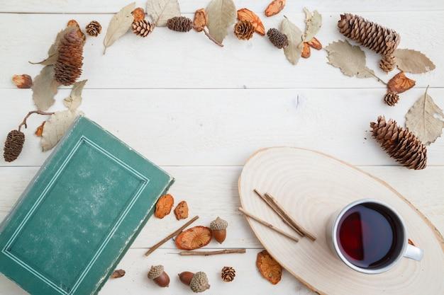 ビンテージの本と木製の背景にレトロなマグカップでドリンク。上面図 Premium写真
