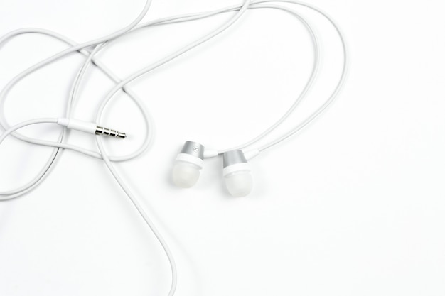 Проводные наушники на белом фоне изолированные Premium Фотографии