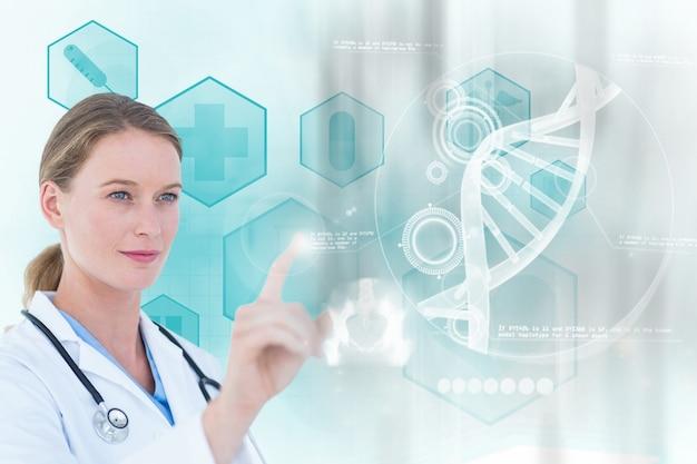 Концентрированный врач, работающий с виртуальным экраном Бесплатные Фотографии