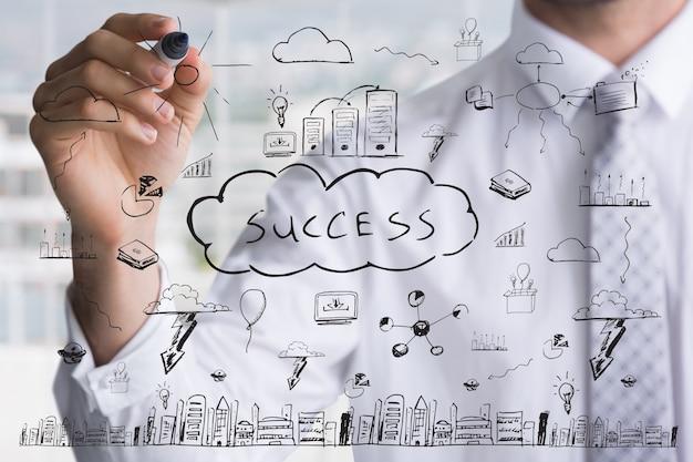 成功への鍵を描くビジネスマン 無料写真