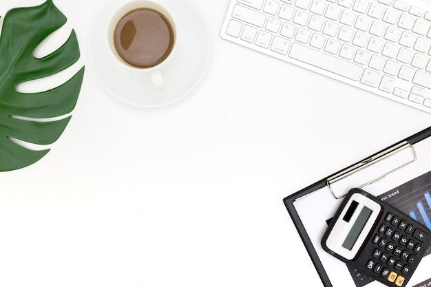 ラップトップ、トップビューラップトップ背景と現代の職場の創造的なフラットレイアウト写真。 Premium写真