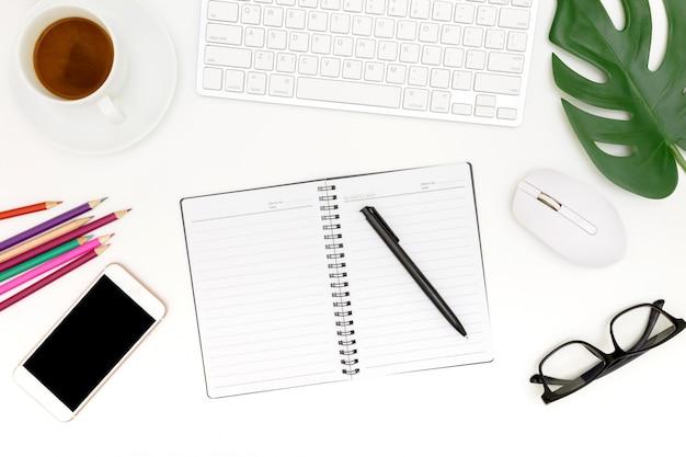 白い背景の上のコンピューターのビューショットの上、白い背景の上のラップトップ、トップビューラップトップ背景とコピースペースと現代の職場の創造的なフラットレイアウト写真 Premium写真