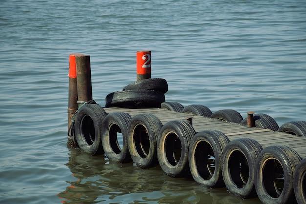 車輪が付いている桟橋 無料写真