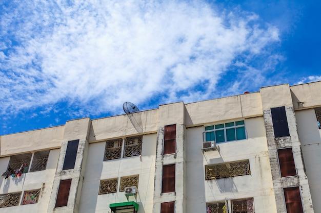 Жилой дом и голубое небо Premium Фотографии