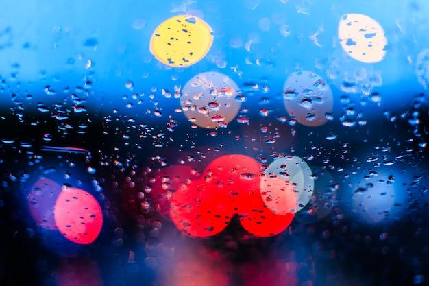 Капли дождя на окнах автомобиля на синем затуманенное движение Premium Фотографии