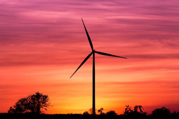 夕焼け空にシルエット風力タービン発電機 Premium写真
