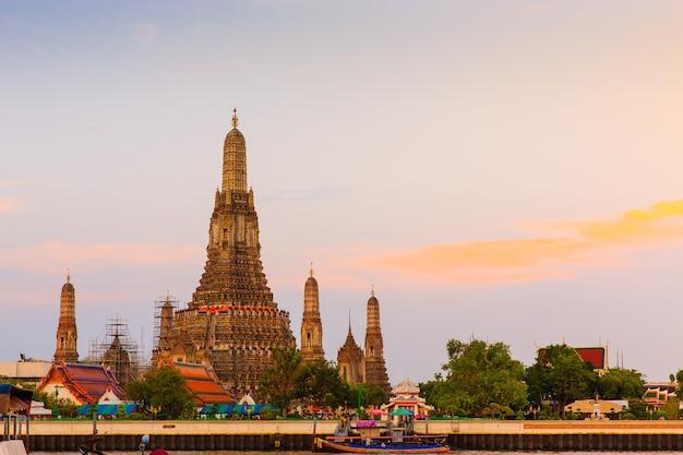 Древний тайский буддийский храм ват арун в бангкоке Premium Фотографии