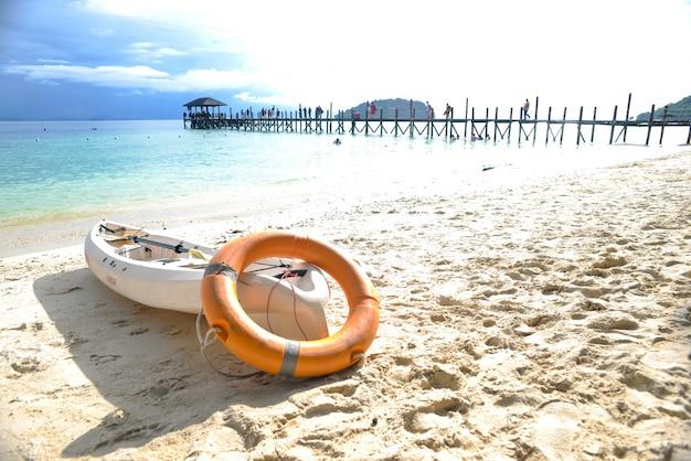ビーチの砂の上にカヌー 無料写真