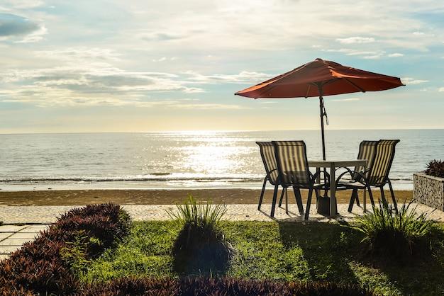 ビーチでの椅子とテーブル 無料写真