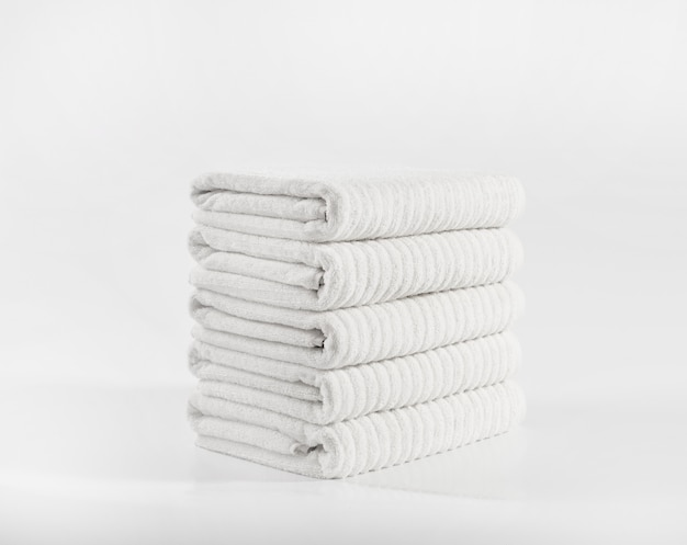 白い背景に対してスタックの白いテリータオル Premium写真