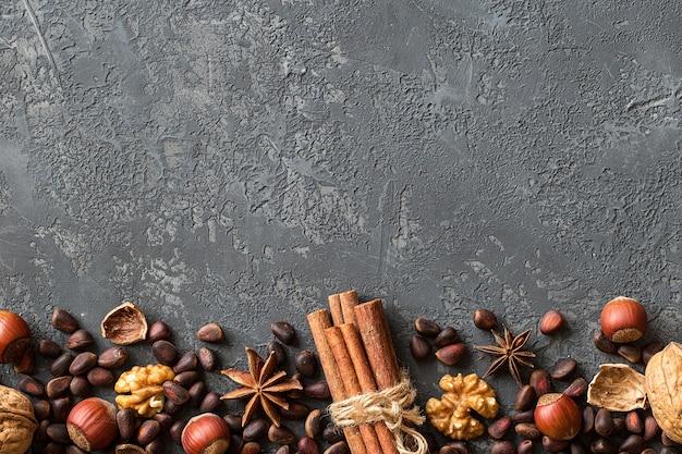 ミックスナッツの背景。ヘーゼルナッツ、クルミ、スギ Premium写真