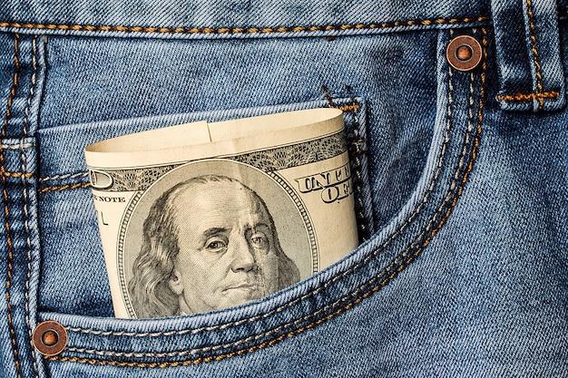 Долларовые банкноты в кармане джинсов Premium Фотографии