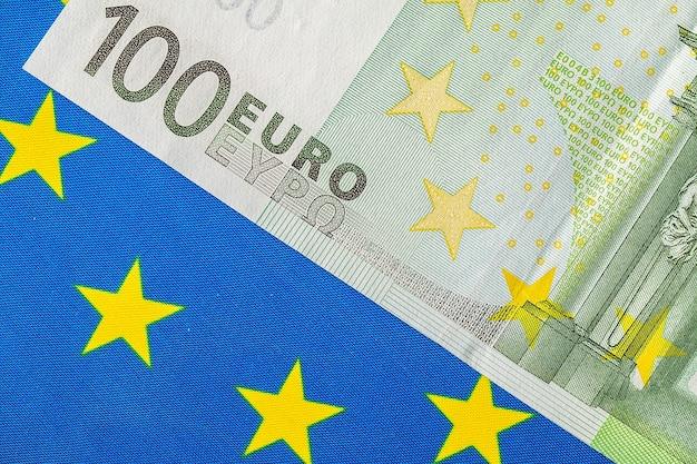 Флаг ес и много банкнот евро Premium Фотографии