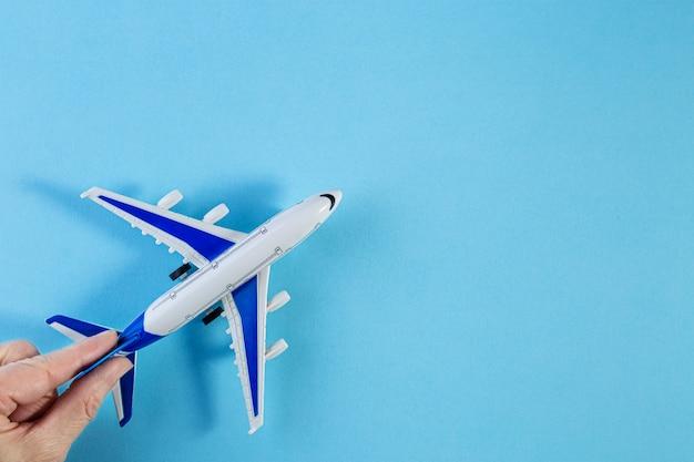 模型飛行機、青いパステルカラーの背景に飛行機。 Premium写真