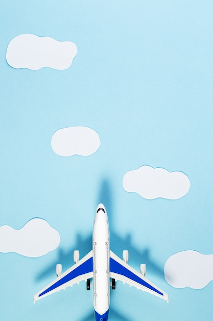 模型飛行機、青いパステルカラーの背景に飛行機。夏の旅行や休暇の概念 Premium写真