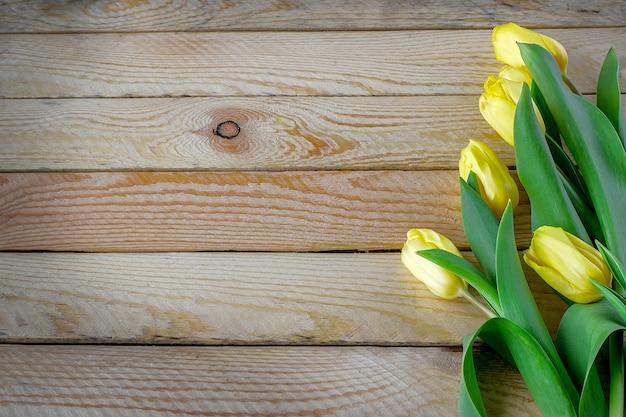 Красивые тюльпаны на деревянном фоне Premium Фотографии