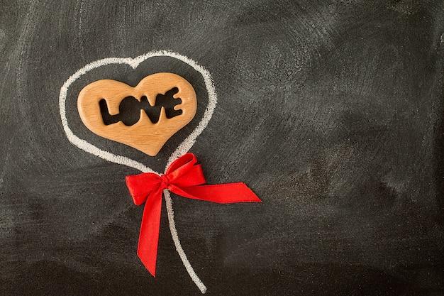黒板にバレンタインハートと赤の弓が大好き Premium写真