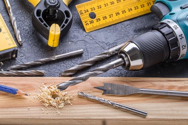 Рабочий инструмент на деревянном. набор инструментов. Premium Фотографии