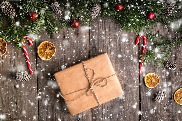 モミの枝と木のクリスマスギフトボックス Premium写真