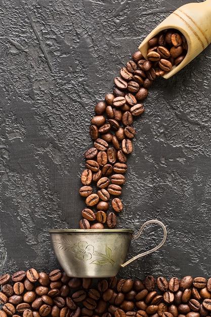 石のロースト豆とコーヒーカップ Premium写真