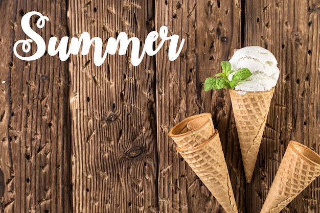 素朴な背景にワッフルコーンのトップビューホワイトアイスクリーム Premium写真