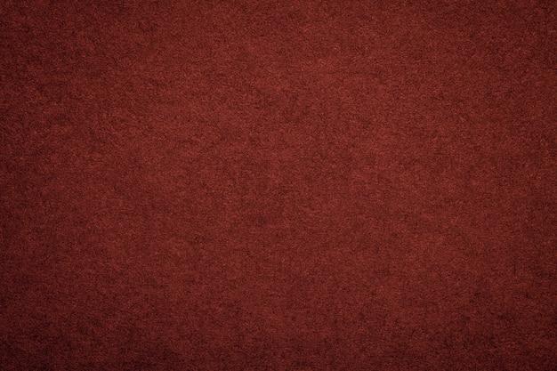 Текстура старой темно-красной бумаги фона, структура плотного бордового картона Premium Фотографии